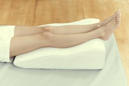 лечение отеков - держать ноги в приподнятом состоянии